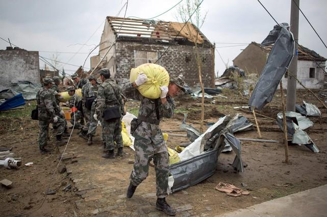 Des soldats retirent des débris et viennent en... (PHOTO JOHANNES EISELE, AFP)