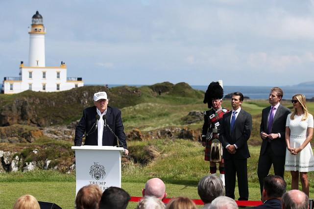 Donald Trump, de passage en Écosse,s'est réjoui de... (Photo Andrew Milligan, PA via AP)