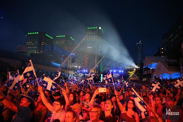 Des centaines de personnes étaient rassemblées sur la... (PHOTO Martin Chamberland, LA PRESSE)