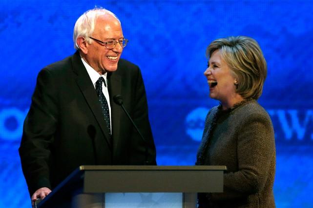 Bernie Sanders et Hillary Clinton, lors d'un débat... (Archives AP, Jim Cole)