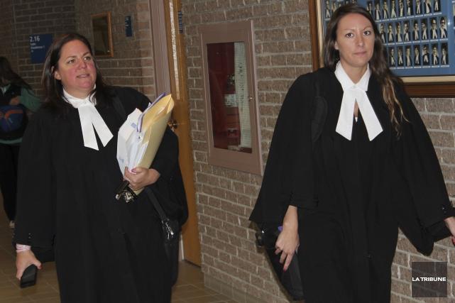 Les avocates de la défense Me Stéphanie Côté... (La Tribune, René-Charles Quirion)
