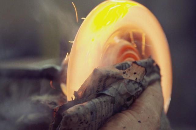 L'artiste verrier Giuseppe Benedetto travaille le verre soufflé... (TÉLÉ-QUÉBEC)