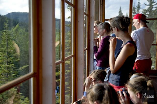 Des touristes attendent et observent les ours noirs... (La Presse, David Boily)