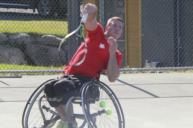 Le tennisman en fauteuil roulant Philippe Bédard a reçu son billet pour le... (Janick Marois)