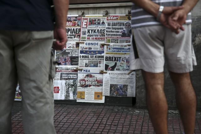 Partout en Europe, la presse manifestait samedi sa... (AP, Yorgos Karahalis)