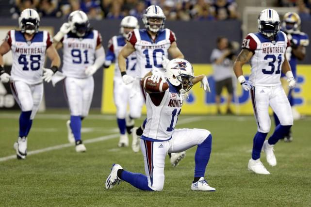 Chip Cox célèbre une interception réalisée en première... (PHOTO LYLE STAFFORD, REUTERS)