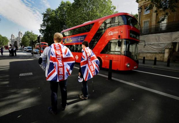 Des partisans du départ du Royaume-Uni de l'Union... (PHOTO KEVIN COOMBS, REUTERS)