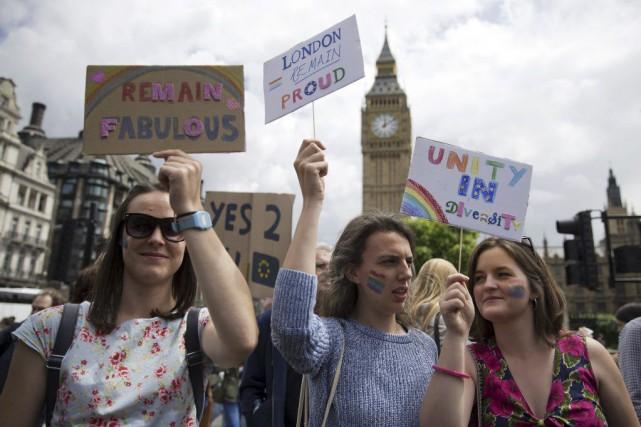 Des manifestants marchent pour protester contre le résultat... (PHOTO JUSTIN TALLIS, AFP)