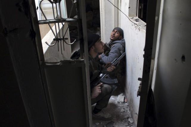 Des rebelles dans un édifice deDeir Ezzor.... (PHOTO AHMAD ABOUD, ARCHIVES AFP)