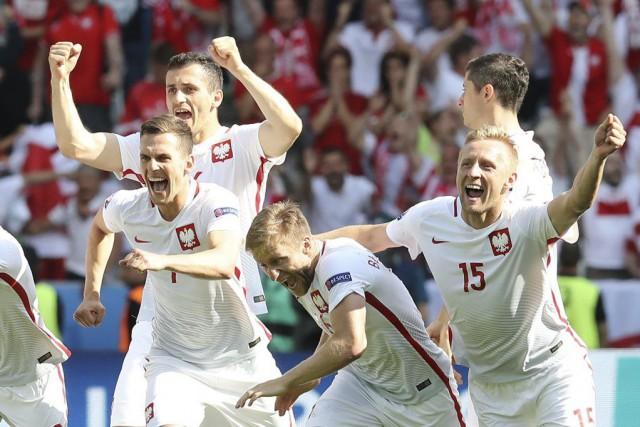 Les joueurs de la Pologne célèbrent leur victoire... (PHOTO VALERY HACHE, AFP)