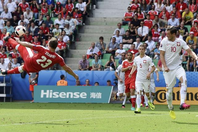 Les Suisses ont égalisé en deuxième demie par... (AFP, Philippe Desmazes)