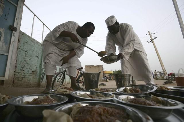 Les Soudanais se préparent à briser le jeûne.... (Agence France-Presse)