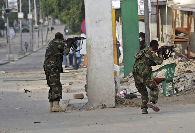 Des membres des forces somaliennes interviennent après l'explosion... (AFP, MOHAMED ABDIWAHAB)