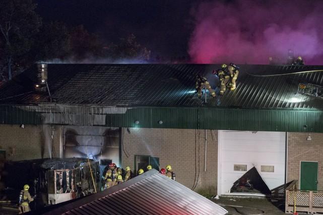 Près de 45 pompiers se sont rendus dans...