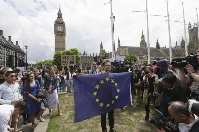 Des manifestants s'opposant à la sortie du Royaume-Uni... (AP, Tim Ireland)