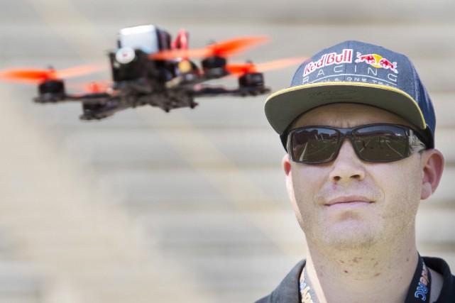 Le pilote professionnel de drones Ryan Walker est... (La Presse Canadienne, Graham Hugues)