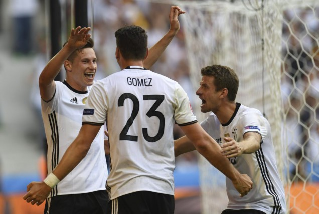 Mario Gomez célèbre son but avec Julian Draxler... (PHOTO PATRIK STOLLARZ, AFP)