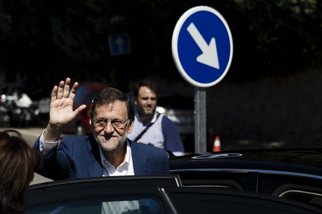 Le chef du gouvernement conservateur, Mariano Rajoy, saluedes... (AP, Daniel Ochoa de Olza)