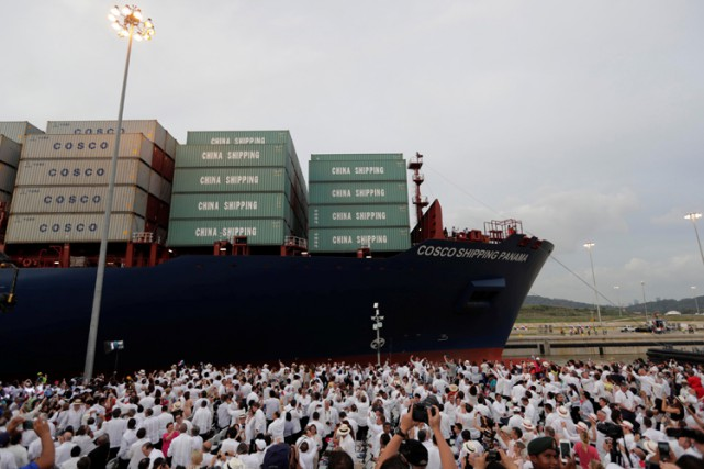 Le Cosco Shipping Panama a traversé dimanche les... (PHOTO REUTERS)