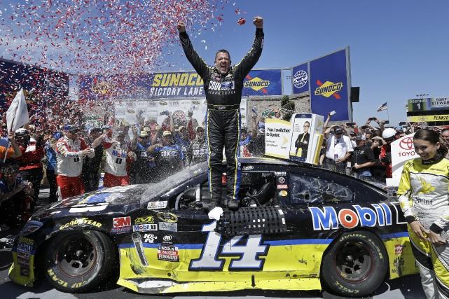 Tony Stewart a remporté l'épreuve de Sonoma, dimanche.... (Associated Press)