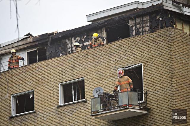 Le sinistre a requis l'intervention d'environ 75pompiers du... (PHOTO PATRICK SANFAÇON, LA PRESSE)