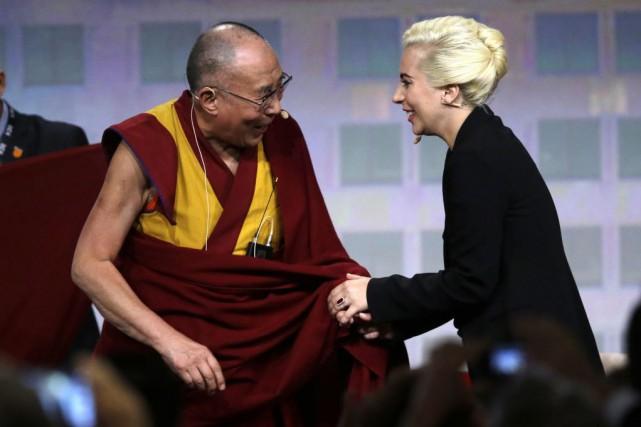 Lady Gaga a rencontré le dalaï-lama, dimanche àIndianapolis.... (PHOTO MICHAEL CONROY, AP)