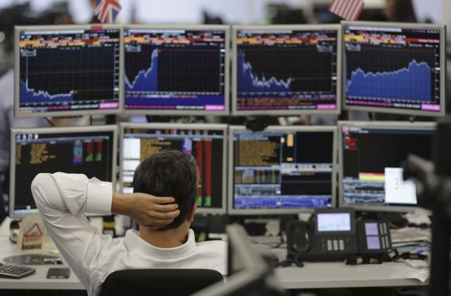 Les banques anglaises se faisaient particulièrement malmener lundi... (AFP, Daniel Leal-Olivas)