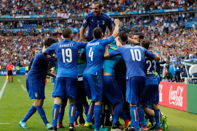 Les joueurs de l'Italie célèbrent après leur deuxième... (Photo Darren Staples, Reuters)