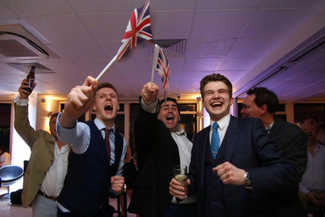 Des partisans du Brexit jubilent à l'annonce des... (PhotoGEOFF CADDICK, Agence France-Presse)