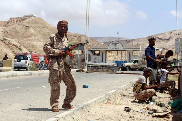 Des soldtas yéménites prennent position à proximité de... (PHOTO ARCHIVES AFP/STRINGER)