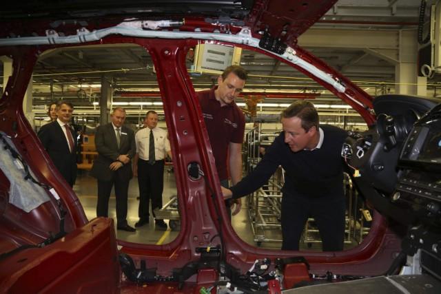 L'ex-premier ministre britannique David Cameron a symboliquement installé... (Photo : AFP)