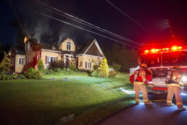 L'incendie qui a détruit une maison de la rue du Blizzard à Orford dimanche... (Spectre Média, Julien Chamberland)