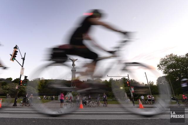 Cyclistes, s'il vous plaît, roulez en file...... (La Presse)