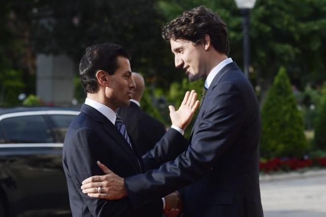 Justin Trudeau (à droite) accueille le président mexicain,... (Nathan Denette, La Presse Canadienne)