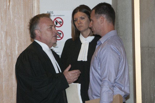 Dany Harvey discute avec son avocat Me Jean-Marc... (Photo Le Quotidien, Michel Tremblay)