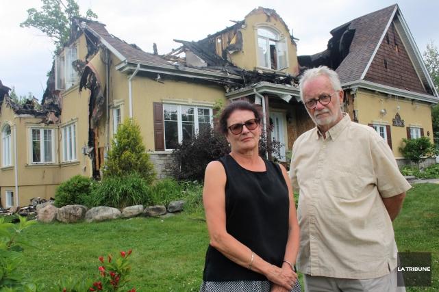 Suzanne Rivard et Michel Perreault ont assisté impuissants... (La Tribune, Jean-François Gagnon)