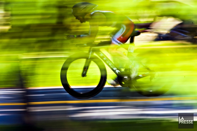 Les athlètes atteignent des vitesses impressionnantes en vélo... (La Presse)