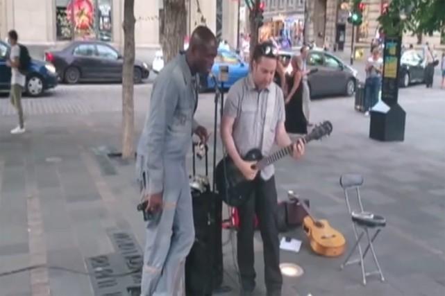 Seal en compagnie du musicien montréalaisJason Deeh Pitre.... (PHOTO TIRÉE DE YOUTUBE)
