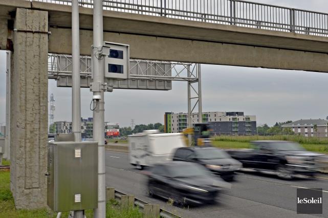 Sur l'autoroute Henri-IV, un radar photo fixe est... (Le Soleil, Pascal Ratthé)