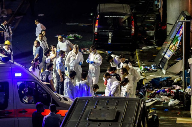 Plus d'une dizaine d'ambulances ont été dépêchées sirènes... (PHOTO AFP)