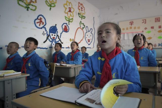 Dans une salle de classe, des enfants attentifs... (AFP, Nicolas Asfouri)