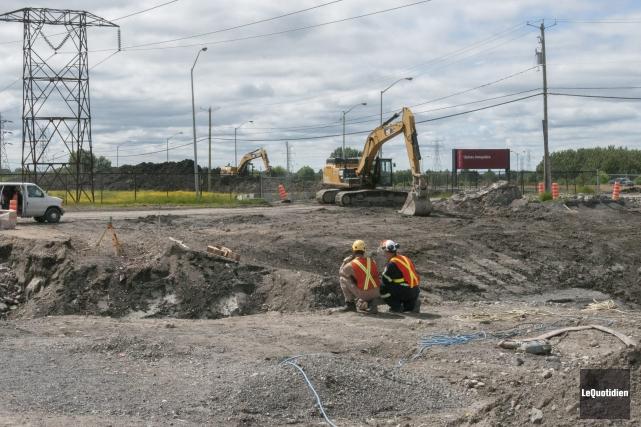 Depuis le printemps, les excavatrices sont à l'oeuvre... (Photo Le Quotidien, Michel Tremblay)