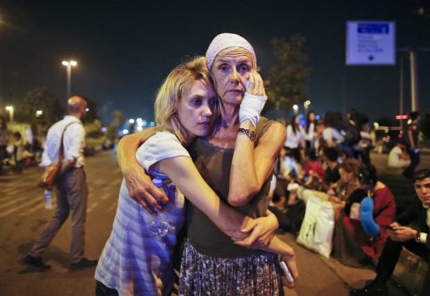 Les survivants de l'explosion semblaient complètement déroutés à... (Emrah Gurel, Associated Press)