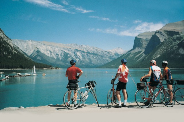 Des cyclistes admirent les Rocheuses.... (PHOTO FOURNIE PAR VÉLO QUÉBEC)