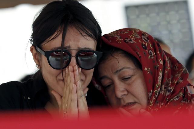Pendant que les proches des victimes de l'attentat... (AP, Emrah Gurel)