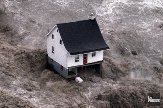La petite maison blanche au toit pentu résistant... (Archives La Presse)