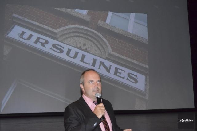 Le maire Guy Larouche a exposé le projet... (Photo Le Quotidien, Louis Potvin)