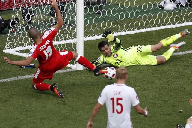 Les arrêts du gardien polonais Lukasz Fabianski, humble... (AP, Michael Sohn)