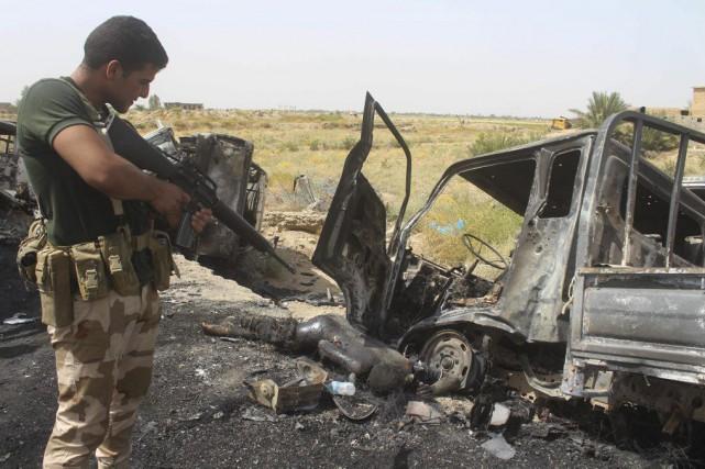 En plein désert, des dizaines de pick-up, des... (PHOTO MOADH AL-DULAIMI, AFP)