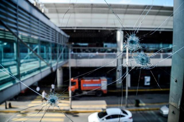 L'attentat à l'aéroport d'Istanbul, vraisemblablement perpétré par trois... (Photo Ozan Koze, Agence France-Presse)
